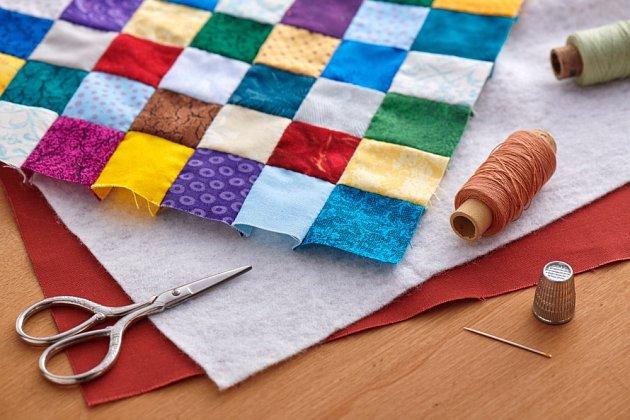 Fixační materiály a výztuhy se používají také při tvorbě patchworku.