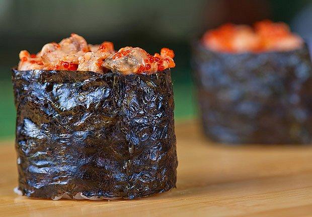 Jako obal pro sushi slouží navlhčená řasa
