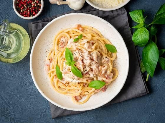 Do špaget carbonara nepatří smetana.