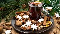 Svařené víno s perníčky patří k duchu Vánoc.