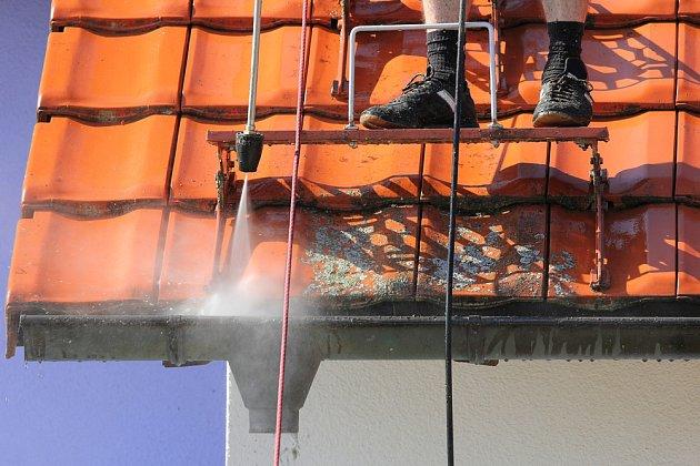 Střechy se dají čistit pomocí vysokotlakých čističů.