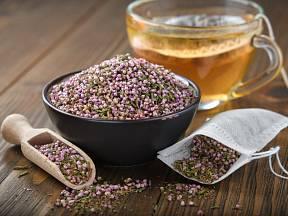 Z natě vřesu obecného si můžeme připravit léčivý čaj.