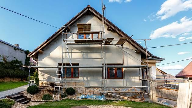 Rekonstrukce staršího domu může být zdlouhavá a nákladná.