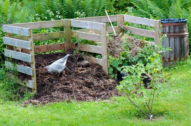 Hnojení kompostem je zdarma a přispívá nejen k větščí úrodě, ale i schopnosti půdy zadržet vodu