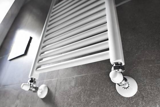 Koupelnové otopné těleso ve tvaru žebříku.