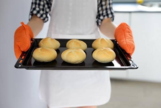 Horké plechy bychom měli přenášet v kvalitních kuchyňských rukavicích.
