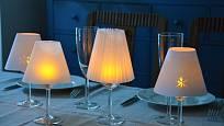 Svítící sklenky s papírovými stínidly vykouzlí útulnou a romantickou atmosféru