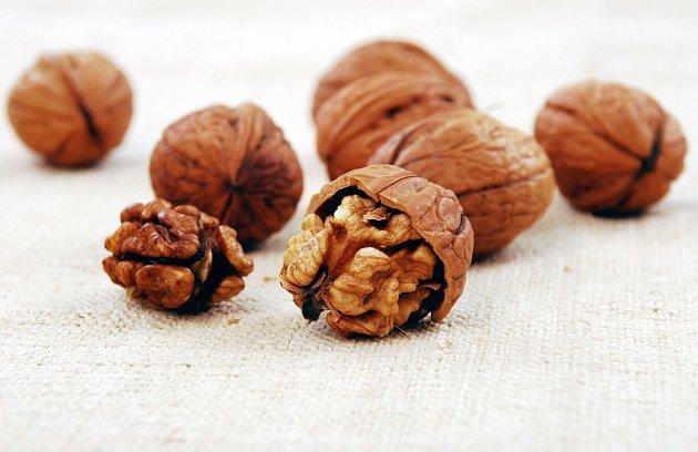 Ořechy se lépe loupají po namočení do slané vody.