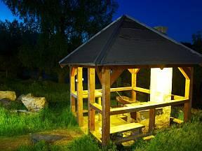 Osvětlení promění noční zahradu v magické místo.