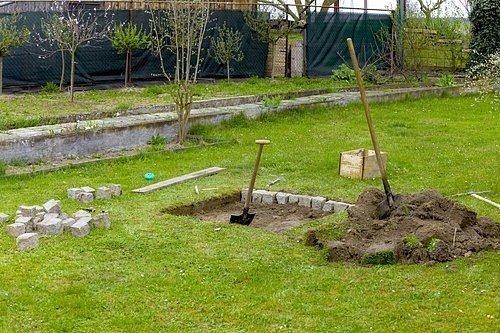Nejprve si ohraničte prostor na vybraném místě většími kameny. Jestliže stavíte na travnatém povrchu, je lepší jej uvnitř ohniště odstranit rýčem.