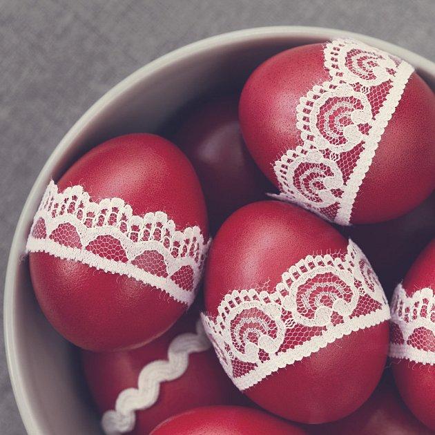 Pokud se chcete řídit těmi úplně nejstaršími tradicemi, pak mají být vajíčka jen červená.