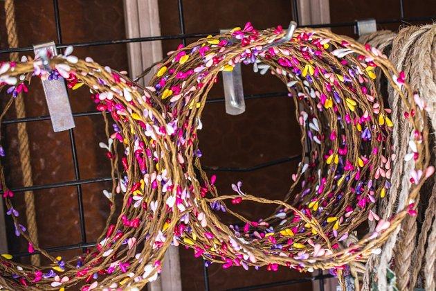 Dlouhý ohebný drát můžete v několika vrstvách smotat do kruhu a základ věnce je hotov.