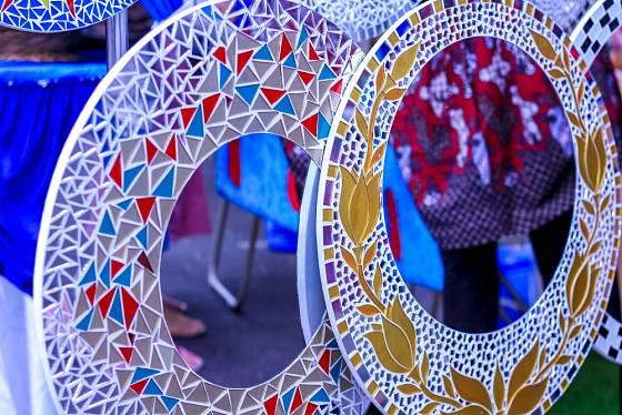 Obdivujete-li mozaiky, pusťte se do zarámování zrcadla sami.