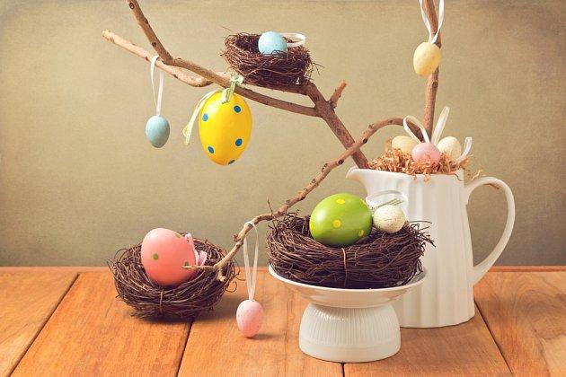 Velikonoční dekorace z kraslic, větviček a hnízd