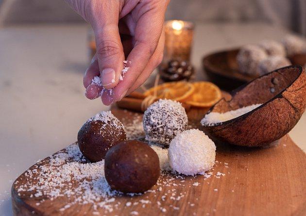 Oblíbené je zdobení cukroví strouhaným kokosem.