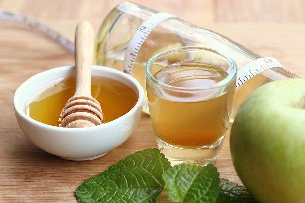 Smíchejte dohromady jablečný ocet a med, poté směs naneste na ty části těla, kde je pokožka hyperpigmentovaná