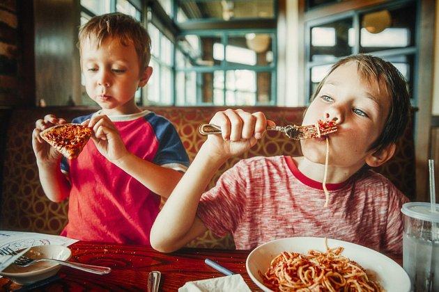 Obzvláště děti bohužel přejímají naše zlozvyky- milují stravovat se ve fast foodech a oblíbené jídlo doslova hltají