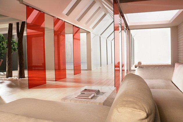 Transparentní skleněné příčky tvoří zajímavý prvek v interiéru