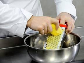 K zahuštění jídla můžeme použít i nastrouhaný syrový brambor, který pak krátce povaříme.
