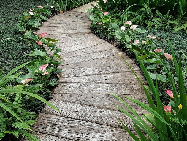 Dřevěný chodníček má půvab i s patinou