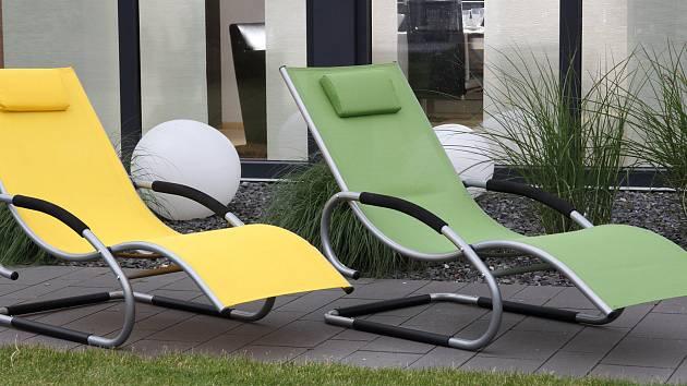 Zahradní nábytek by měl ladit s prostředím.
