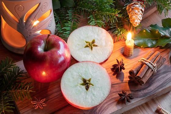 Rozkrojené jablíčko s hvězdičkou uprostřed věstí zdraví v nastávajícím roce.