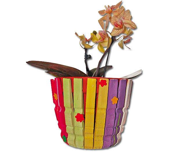 květináč ozdobený barevnými kolíčky