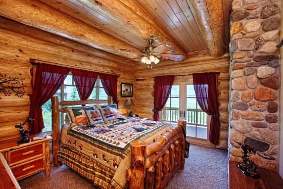 Dřevo v dokonalém souladu s kamenným obkladem.