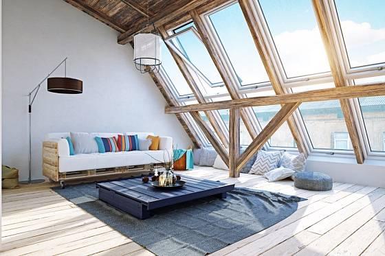 Paletový nábytek může být skvělým řešením do podkrovního bytu.