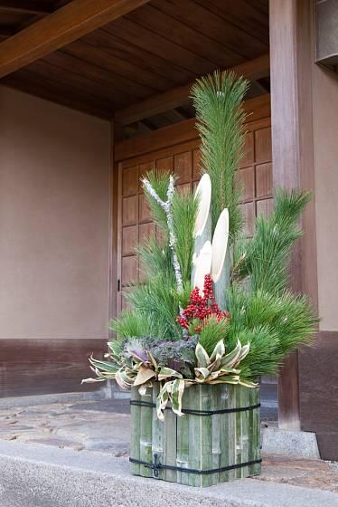 Vánoční dekorace aranžovaná do bambusové kostky.