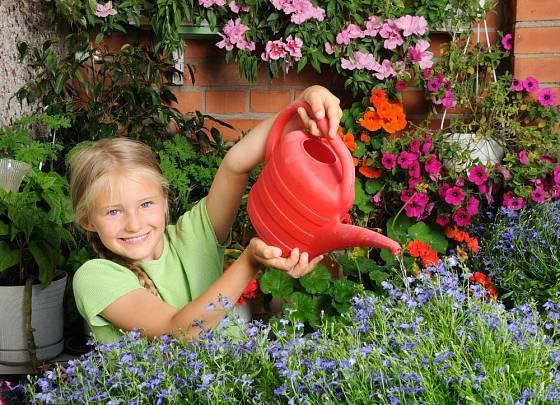 Zalévání balkónových květin se mohou věnovat malí i velcí