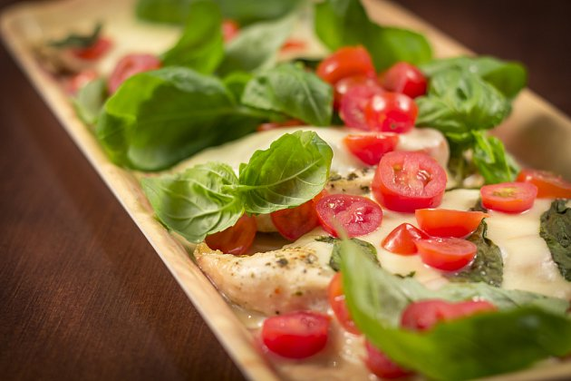 Zapečené caprese můžete poklást i čerstvými rajčaty