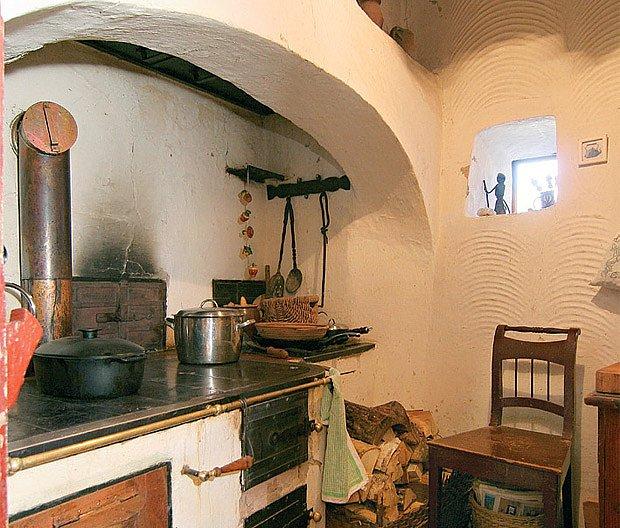 Srdce hliněného domu — rekonstruovaná černá kuchyně. Vaří se tu pokrmy a využívá teplo z kamen.