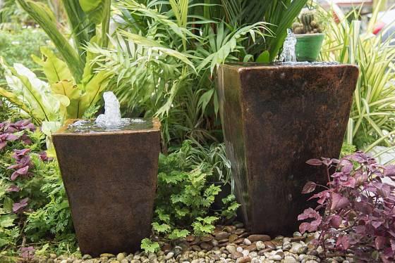 Bublající nádoby v harmonii s rostlinami