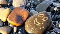 Na kameny můžeme malovat i jednoduché obličeje.