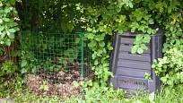 Ohrádka s listím připravená vedle kompostéru je velmi užitečná