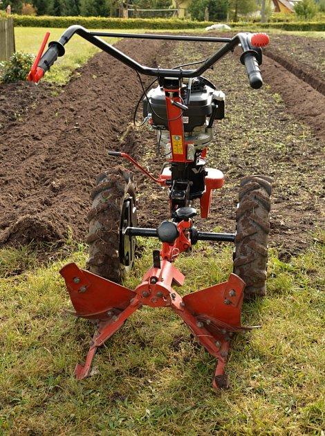 Ručně řízený stroj je pro zahradu mnohem lepší než těžký traktor.