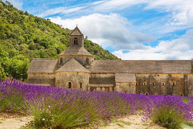 Klášter Sénanque ve francouzské Provence je obklopen množstvím levandule.