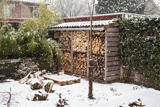 Dřevo může dobře prosychat i za méně příznivého počasí.