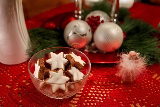 Ručně háčkované dečka z červené příze ozdobí slavnostní vánoční stůl.