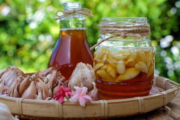 Přírodní lék je kombinací tří super potravin: česneku, medu a jablečného octa