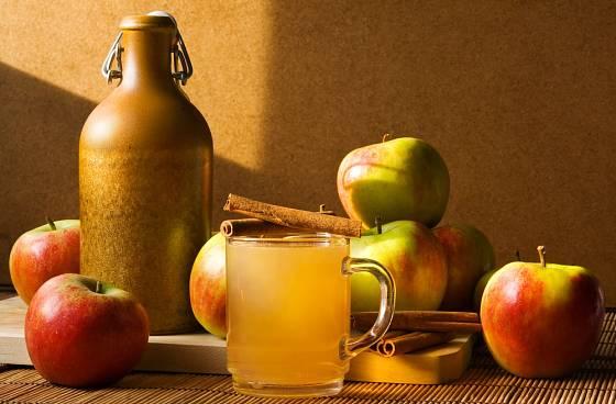Domácí jablečný mošt.