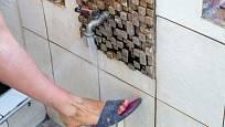 Po návratu ze zahrady je příjemné si umýt nohy.