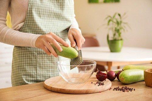 Očištěné cukety nastrouhejte či nakrájejte.