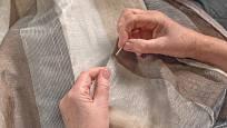 Díky šicímu stroji si zvládněte ušít také záclony a závěsy do bytu.