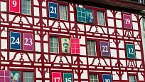 Budova ve švýcarském Lucernu vyzdobená jako adventní kalendář.