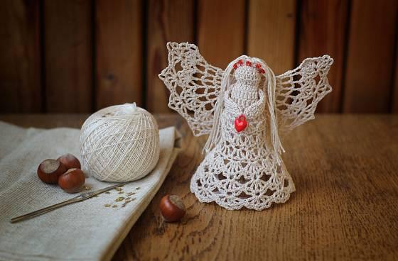 Anděl háčkovaný z jemné příze.