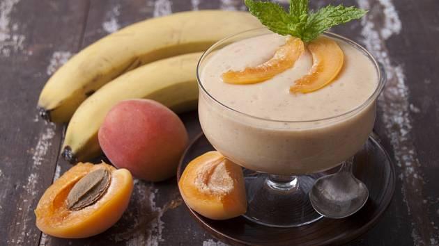 Ovocný koktejl z meruněk a banánů je skvělý prostředek k posílení imunity.