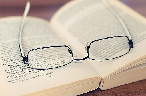 Nošení brýlí lze považovat za přirozenější a bezpečnější způsob korekce dioptrické vady.