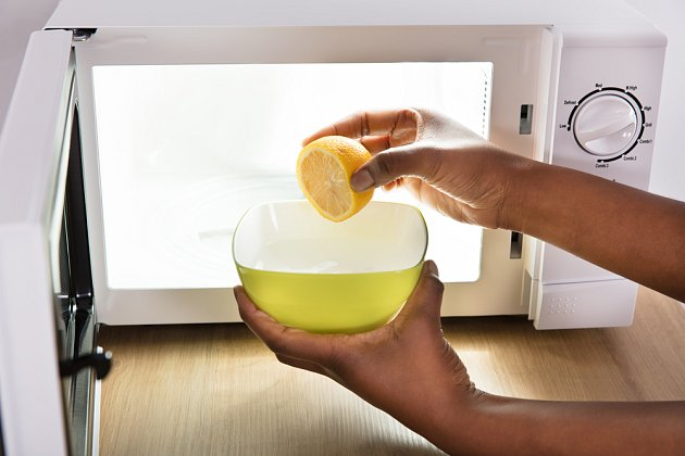 Citronem na špinavou a páchnoucí mikrovlnku.